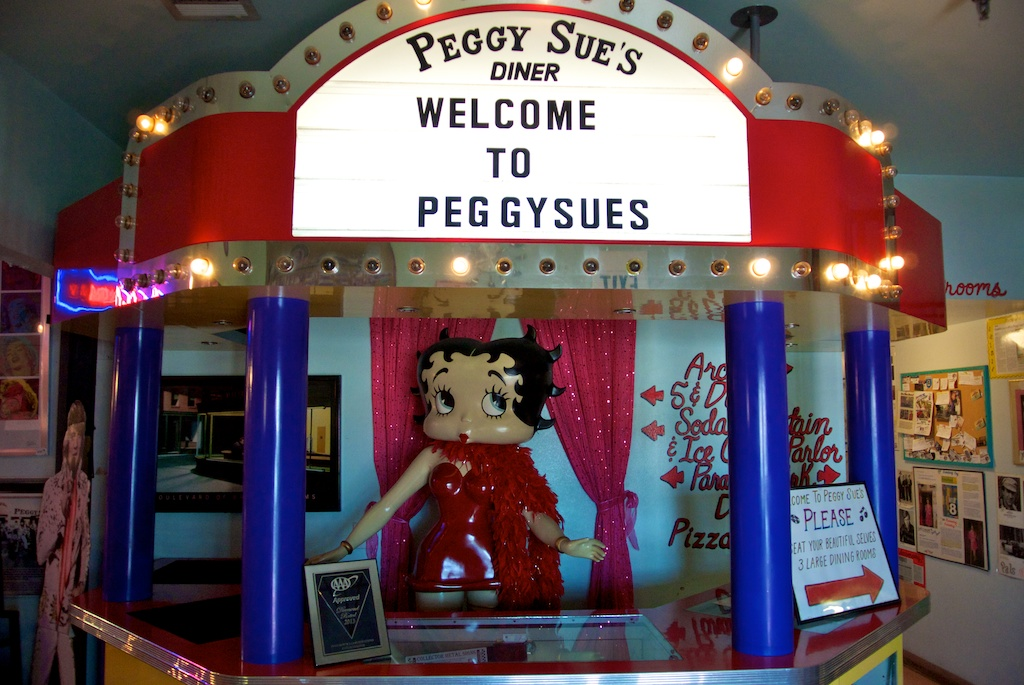 Peggy Sue S Diner 1950 S Style Diner With A Dinosaur Park